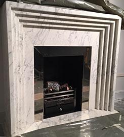 Création de cheminée en marbre, modèle Art déco, foyer gaz de ville