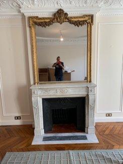 cheminée de style louis 16 en marbre blanc avec installation fonctionnel 1