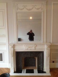 cheminée de style louis 16 en marbre blanc avec installation fonctionnel