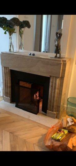 cheminée en marbre lunel de style art-deco avec installation fonctionnel
