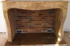 Cheminée en pierres d'époque du 18ème avec foyer en briques anciennes
