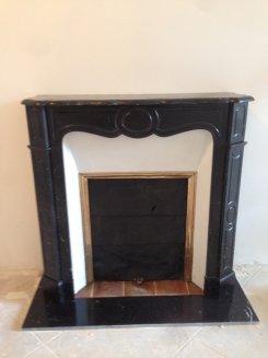 cheminée pompadour louis 15 en marbre noir avec installation fonctionnel