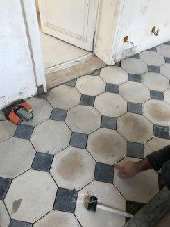 Fourniture et installation d'un dallage pierre et cabochons marbre noir octogone 1