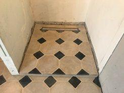 Fourniture et installation d'un dallage pierre et cabochons marbre noir octogone 4