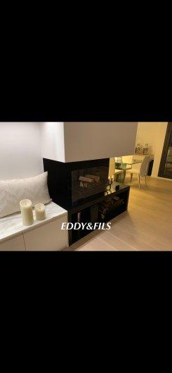 realisation d'une cheminée moderne avec niche à bois fonctionel et d'un pare feux en verre design sur mesure  et