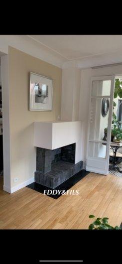 realisation d'une cheminée moderne briques noir foyer ouvert à bois fonctionel 1