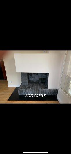 realisation d'une cheminée moderne briques noir foyer ouvert à bois fonctionel