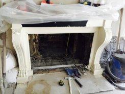 restauration d'une cheminée en marbre noir et de sont foyer